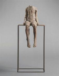 M. Abakanowicz Szara mała figurka na dużym siedzeniu