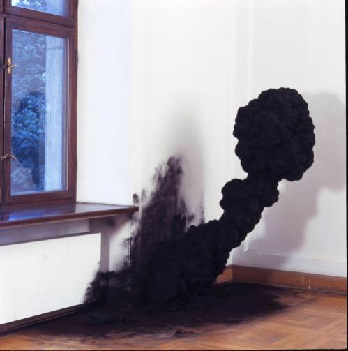 """Olaf Brzeski, """"Dym"""", 2008, ceramika, fot. M.Michalski, archiwum CSW Zamek Ujazdowski"""