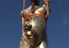 Rzeźba Damiena Hirst'a w przestrzeni publicznej