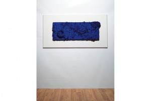 Yves Klein, Accord Bleu (Sponge Relief). Painted sponges on particle board, 51.8 x 136.5 x 7.6 cm, 1958, źródło: Christie's Images Ltd 2012.