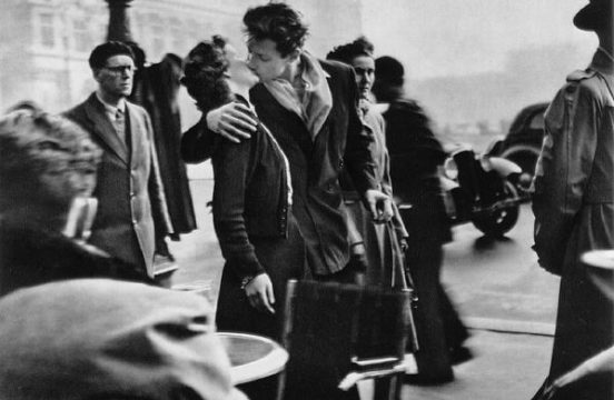 Le Baiser de l'Hôtel de Ville 1950 © Robert Doisneau, źródło: fotal.pl