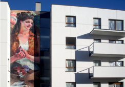 Obrazy Jacka Malczewskiego na elewacji budynku w Gdańsku