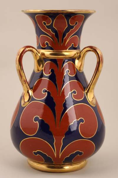 Wazon, model 456 I,  ok. 1930-1935 r. dekoracja w stylu blau-rot-gold. wys. 26,5 cm, fot. Artykwariat