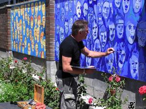 Edward Dwurnik podczas pracy nad muralem dla Muzeum Powstania Warszawskiego w 2006 roku, źródło: dwurnik.pl