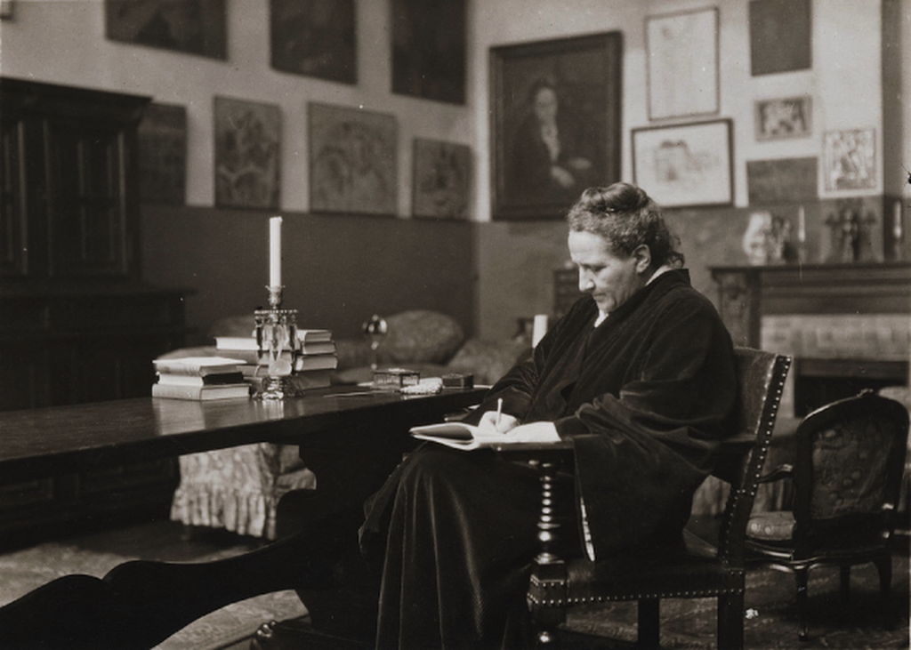 Man Ray, fotografia Gertrudy Stein w swoim salonie, 1922 rok, źródło: San Francisco Man Ray Trust