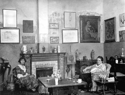 Man Ray, Gertruda Stein i Alicja Toklas w swoim paryskim mieszkaniu przy 27 rue de Fleurus, 1922 rok, źródło: San Francisco Man Ray Trust