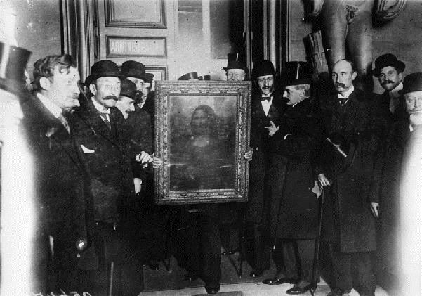 Powrót obrazu do Luwru w 1914 roku,  źródło: French Photographer/ Private Collection, Roger- Viollet, Paryż