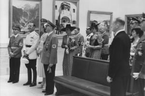 """Włoski konsul Dino Alfieri odwiedza """"Wielką Wystawę Sztuki Niemieckiej"""" w """"Domu Sztuki Niemieckiej"""", w towarzystwie Adolfa Hitlera i Josepha Goebbelsa 16 lipca 1939 roku. Źródło: Zentralinstitut für Kunstgeschichte"""