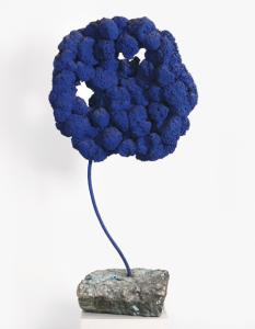 """Yves Klein, """"Sculpture Éponge Bleue Sans Titre, Se 168"""", Źródło: Sotheby's"""