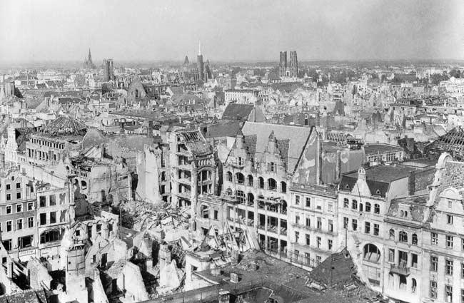Widok rynku wrocławskiego z 1945 roku