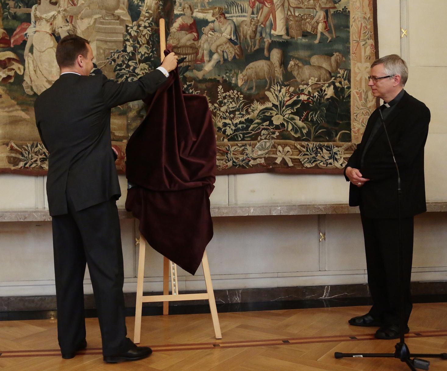 27 lipca 2012 roku Minister Spraw Zagranicznych, Radosław Sikorski przekazujeMadonnę pod jodłami biskupowi prof. Andrzejowi Siemieniewskiemu i archikatedrze wrocławskiej / fot. PAP.
