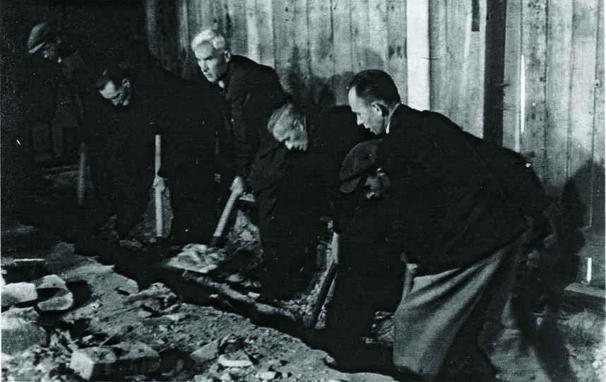 Odkopywanie schowanego w Lublinie obrazu Jana Matejki Bitwa pod Grunwaldem w roku 1944 / Fot. W. Forbert (Film Polski) w: Bohdan Marconi, O sztuce konserwacji, Warszawa 1982, s. 150