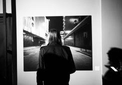 "Wystawa fotografii Tomka Albina ""Village City"""