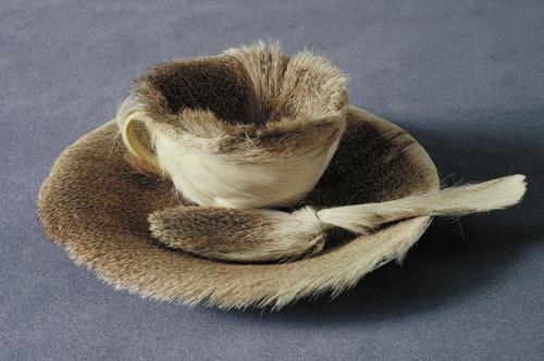 Meret Oppenheim. Obiekt ( Filiżanka, spodek i łyżka pokryte futrem.). 1936. Muzeum Sztuki Nowoczesnej w Nowym Jorku