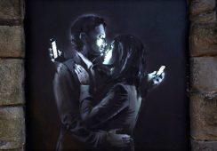 """Najnowsze dzieło Banksy'ego """"Mobile Lovers"""" skradzione"""