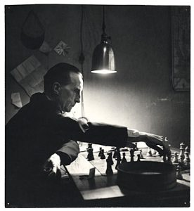 Marcel Duchamp grający w szachy. Fot: Kay Bell Reynal, 1952. Źródło: Smithsonian Institution, Archives of American Art .