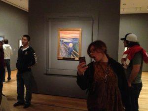 """W tle """"Krzyk"""" Edwarda Muncha, źródło: museumselfies.tumblr.com"""