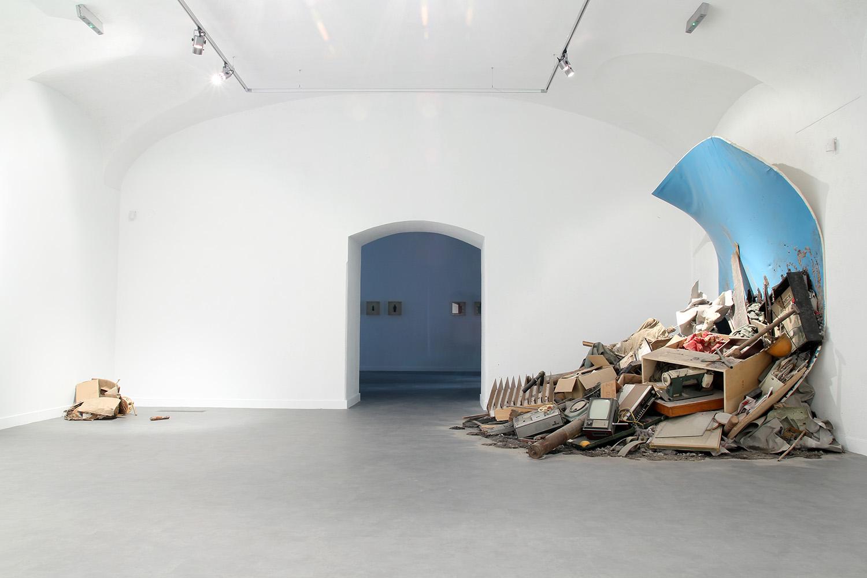 Bartosz Kokosiński, Obraz pożerający Roberta Kuśmirowskiego, 2014, instalacja w Galerii Białej w Lublinie. Fot. dzięki uprzejmości artysty.
