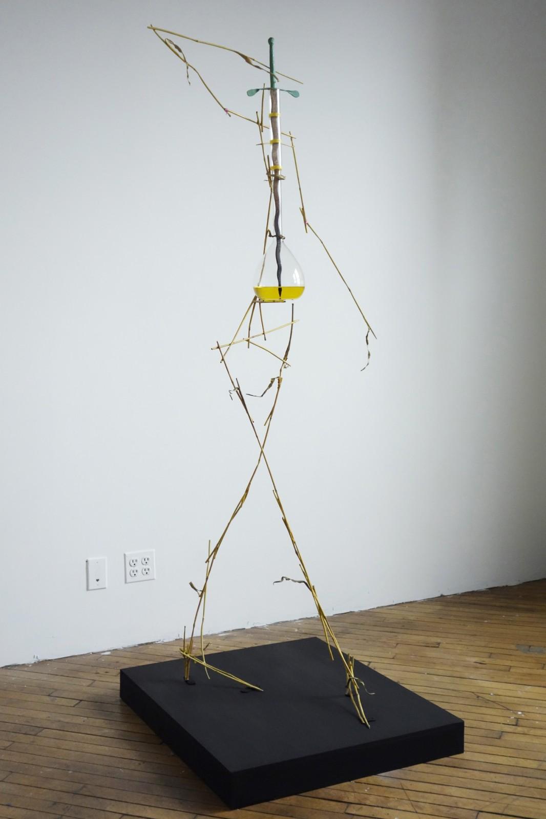Olaf Brzeski, Krissy Kocktail, 2014-2015, ok. 60 x 60 x 190 cm, polerowany brąz, stal, szkło, kwas solny, farba olejna, źródło: Galeria Raster w Warszawie
