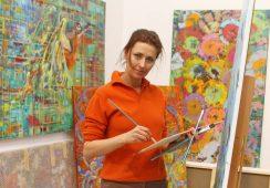 """""""Teatr nauczył mnie odwagi w wyrażaniu siebie, umiejętności syntezy i formy, co przenoszę do swojego malarstwa"""" – rozmowa z Martyną Kliszewską"""