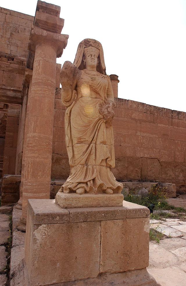 Posąg w ruinach Hatry, zdjęcie wykonano w 2006 roku, źródło: Wikipedia