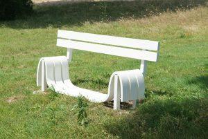 Jeppe Hein, Modified social benches, 2006 rok, Fundación NMAC, źródło: Wikipedia