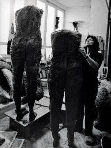 Magdalena Abakanowicz w jednej ze swoich pracowni, fot. archiwum fundacji Marty Magdaleny Abakanowicz-Kosmowskiej i Jana Kosmowskiego