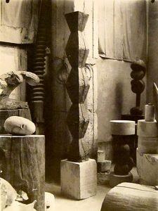 """Studio Brancusiego w Paryżu, na pierwszym planie """"Niekończąca się kolumna"""" wersja z około 1918 r."""