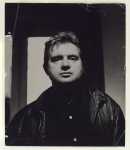 Portrait of Francis Bacon by John Deakin, 1962, Gelatin silver print, Estate of Francis Bacon, źródło: materiały prasowe Tate Modern