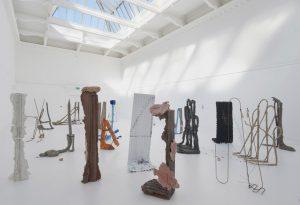 """Rzeźby Michaela Deana z wystawy""""Sic Glyphs"""" 2016 w South London Gallery, źródło: Tate Britain"""