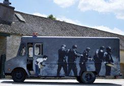 Furgonetka SWAT wymalowana przez Banksy'ego na aukcji w Londynie