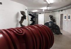 Eksperymenty z formą i przestrzenią – rzeźba Tony'ego Cragga w Muzeum Współczesnym Wrocław