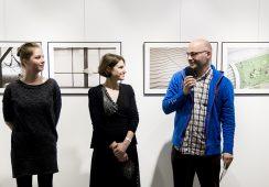 """Fotorelacja z otwarcia wystawy fotografii Izy Maciusowicz """"Teraz jest teraz"""""""