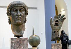 Palec gigantycznej statuy Konstantyna Wielkiego odkryty w Luwrze