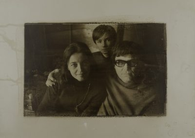 """Reprodukcja fotografii Linianny Bilińskiej: """"Rodzina Beskińskich"""". Brom tonowany, technika własna. 1972/2014. 1/1. - rynekisztuka.pl"""