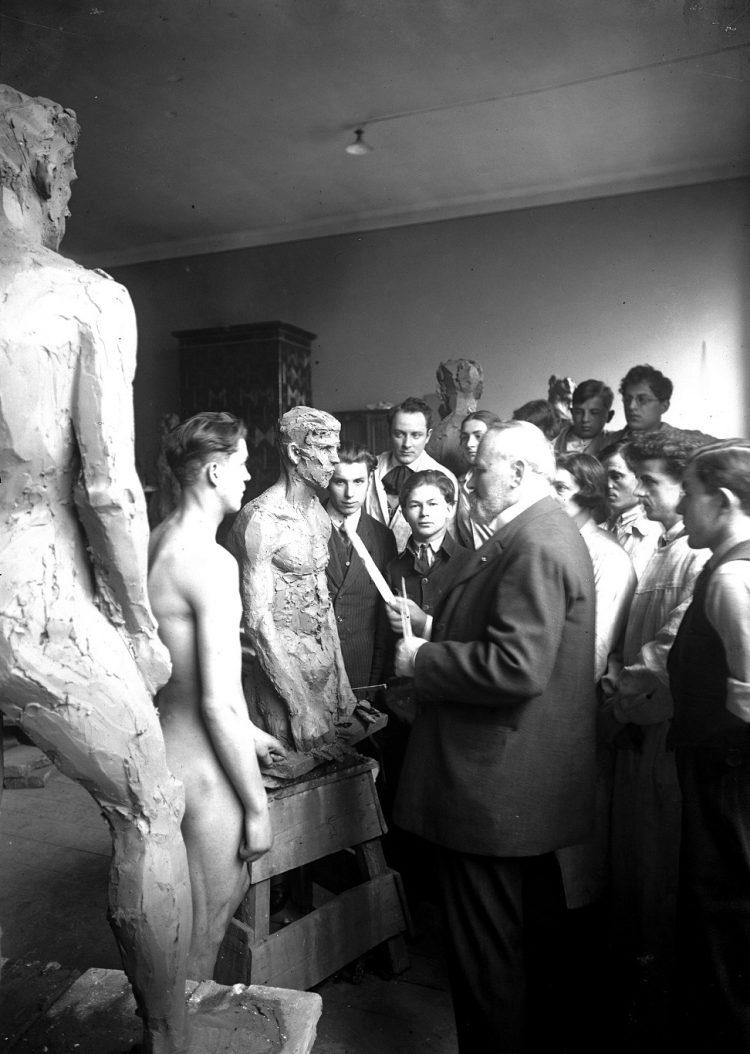 Konstanty Laszczka w swojej pracowni ze studentami; źr. NAC