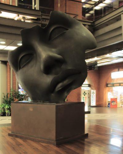 Jak eksponować rzeźby we wnętrzu