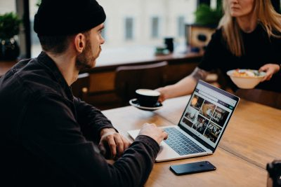 """Zapisz się na szkolenie online """"Budowanie marki artysty na rynku sztuki"""""""