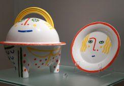 """""""Żyć ze sztuką"""", czyli Bayer, Dali i inni na porcelanie Rosenthal. Rozmowa z kuratorkami wystawy"""