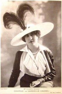 Mlle Gabrielle Dorziat w jednym z pierwszych kapeluszy Chanel, 1912 r.