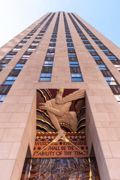 """Rzeźba """"Mądrość"""" autorstwa Lee Lawrie, nad wejściem do 30 Rockefeller Center, oparta na pracy Williama Blake'a, Nowy Jork"""