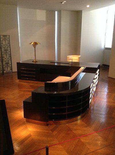 """""""Biurko administratora"""" architekt Michel Roux-Spit zaprojektował je dla Salon des Artistes Decorateursw 1930 r. Korzystał z niego osobiście. Mebel został wykonanyz lakierowanego drewna Duco, zielonej skóry, brązu, laitonu.Teraz znajduje się Muzeum Sztuki Dekoracyjnej w Paryżu."""